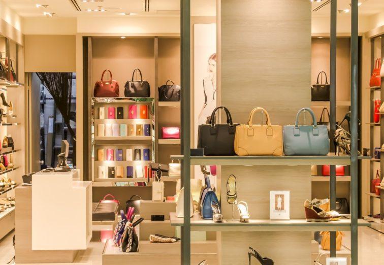 les marques de luxe généralement développées en licence de marque. Les marques de textile en commission affiliation