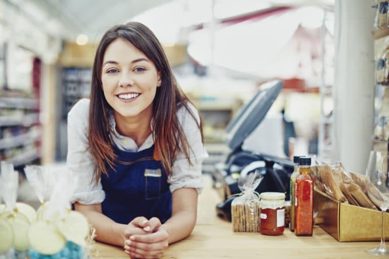 Les avantages de la franchise pour le franchiseur et le franchise une franchisé dans son magasin